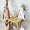 lapin infirmière et lapin en tenue de nuit