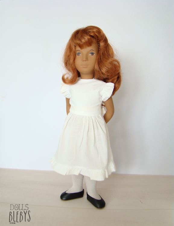 SASHA redhead 108 TRENDON 1970s originale avec sa robe blanche