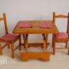 mobilier de poupées. Table et 2 chaises