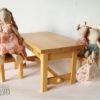 mobilier bois présenté avec doudous