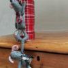 souris-maileg-aimantees-escalade-sur-une-boite-en-metal