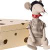rat maileg gris clair avec sa boite à fromage