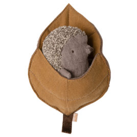 Bébé HERISSON Maileg avec feuille – 12 cm